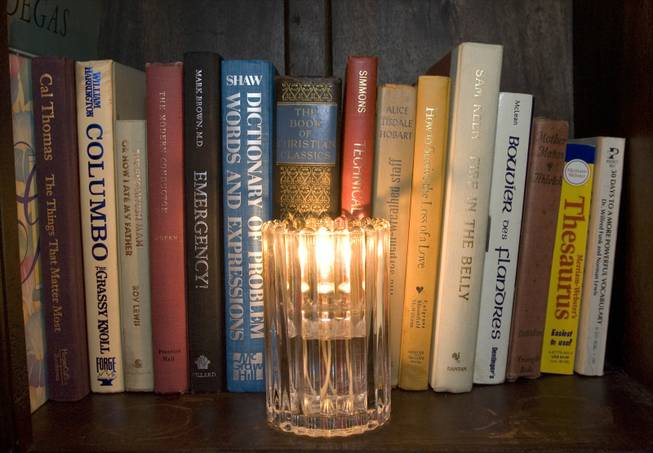Lots of candles and books add to the living room ...