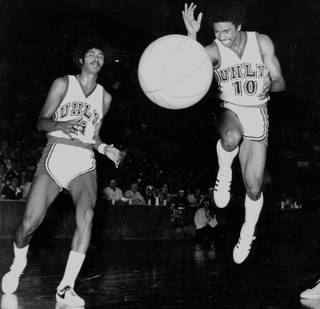 UNLV's Robert Smith, right, ran the point for the