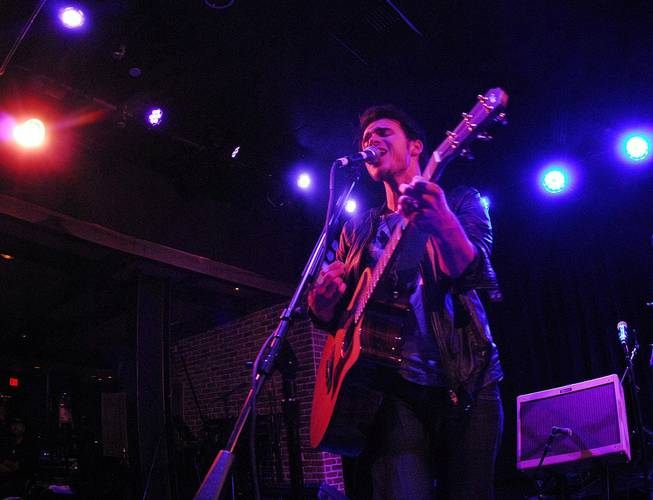 Kris Allen performs an acoustic set at B.B. King's Blues ...