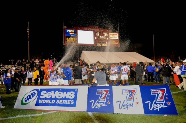 The Samoan sevens rugby team celebrates its championship victory in ...