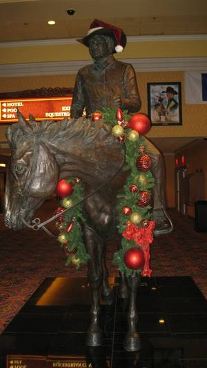 The vaunted Benny Binion statue ... in the holiday spirit.