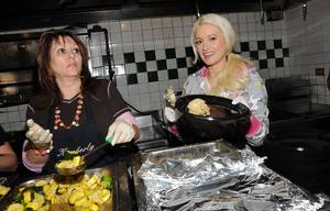 Holly Madison Serves Thanksgiving Meal at Hard Rock Cafe