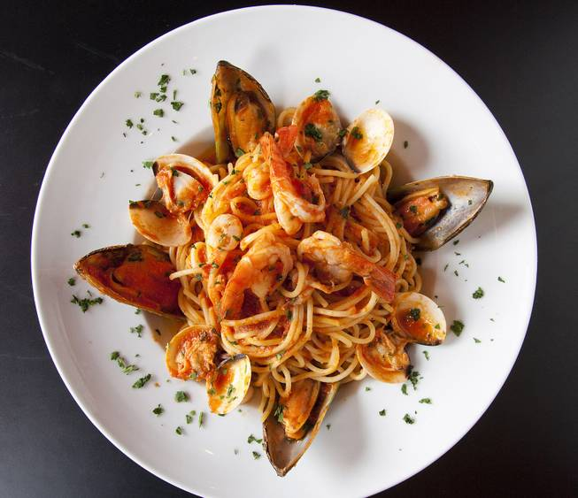 Family-owned Luna Rossa has pasta aplenty, plus antipasti, a long list of thin-crust pizzas, seafood or mushroom risotto and more.