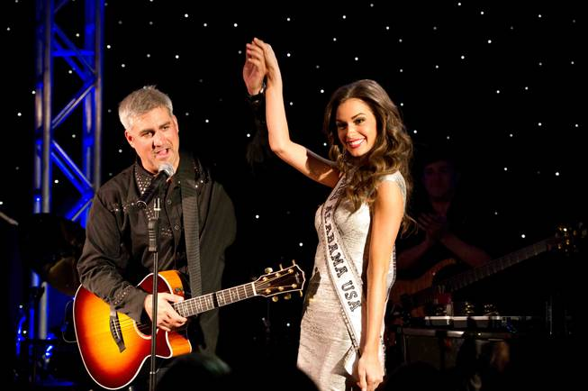 Taylor Hicks preforms a song for Miss Alabama USA 2013, ...