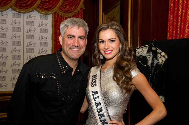 Taylor Hicks poses for a photo with Miss Alabama USA ...
