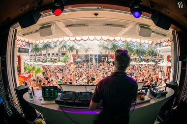 Actor Ian Ziering kicked off his weekend partying at Encore Beach Club on Friday afternoon and enjoying the sounds of DJ Diplo on the decks. The star ...