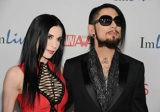 Aiden Ashley and Dave Navarro arrive on the red carpet ...
