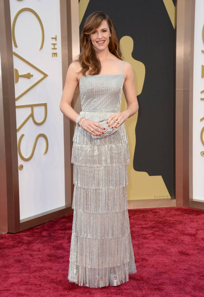 Jennifer Garner arrives at the Oscars on Sunday, March 2, 2014, at the Dolby Theatre in Los Angeles.  (Photo by Jordan Strauss/Invision/AP)