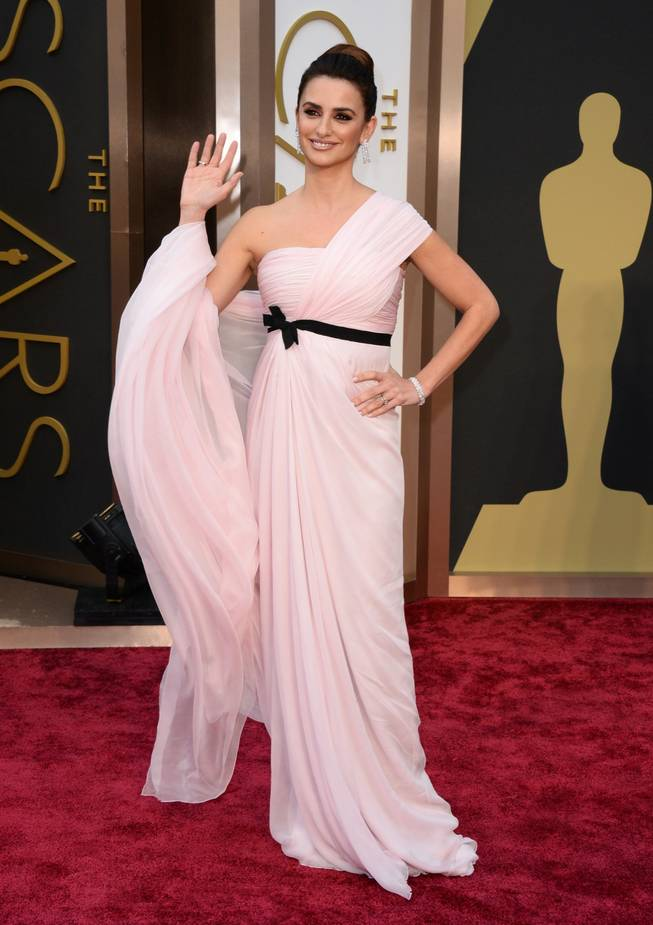Penelope Cruz arrives at the Oscars on Sunday, March 2, 2014, at the Dolby Theatre in Los Angeles.  (Photo by Jordan Strauss/Invision/AP)