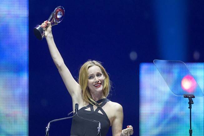 Comedy Star of the Year Leslie Mann holds up her award at the Big Screen Achievement Awards during CinemaCon, the official convention of the National Association of Theatre Owners, at Caesars Palace Thursday, March 27, 2014.