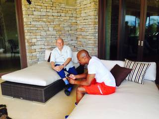 Robin Leach tours the Las Vegas homes of Floyd Mayweather Jr. for a Showtime special.