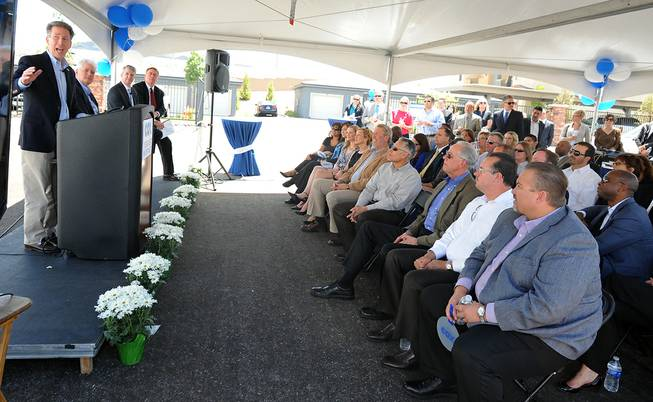 Pat Esser, President of Cox Communications, left, speaks to a gathered crowd Thursday, May 22, 2014 at a Henderson construction site to announce his company's plans to begin gigabit speed internet service.