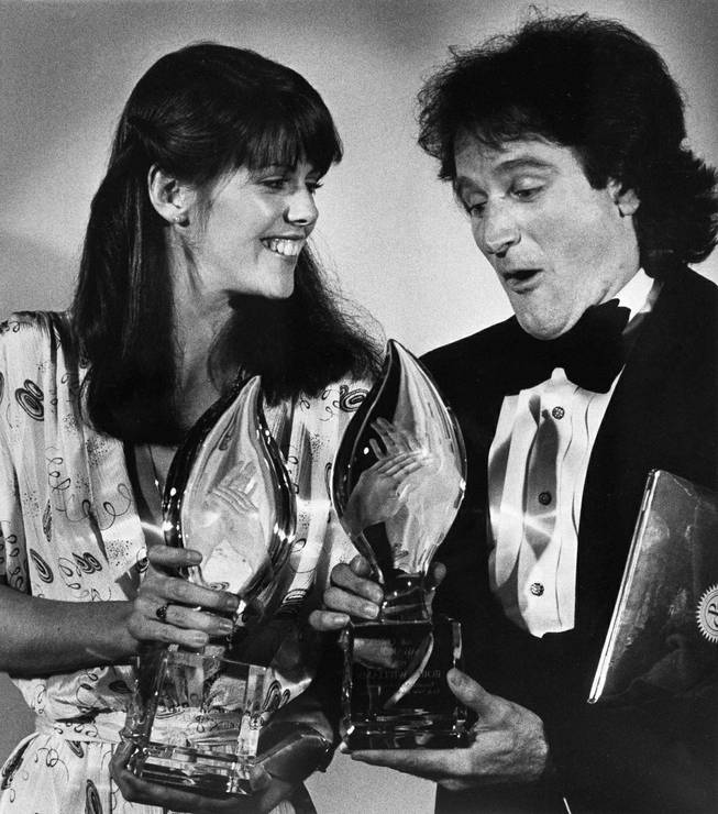 "Pam Dawber and Robin Williams hold their People's Choice Awards for ""Mork and Mindy"" at the awards in Los Angeles on March 8, 1979."