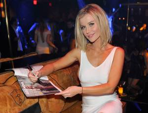 Joanna Krupa Hosts at 1 OAK