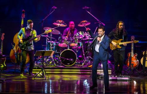 Review: Clint Holmes turns Palazzo Theater into a playground for grown-ups