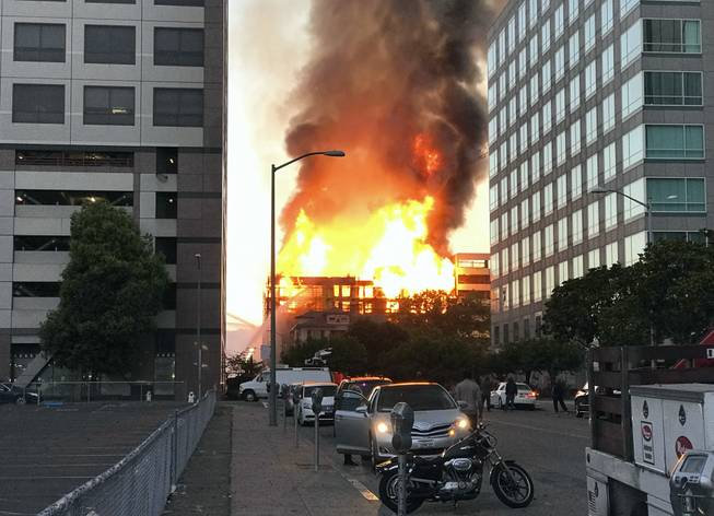 700 forced from homes amid Oakland fire
