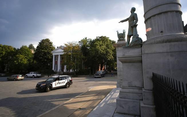 Trump defends 'beautiful' Civil War statues — BBCI