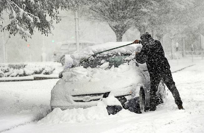 Snow storm pounds US Northeast, closing schools, snarling commutes